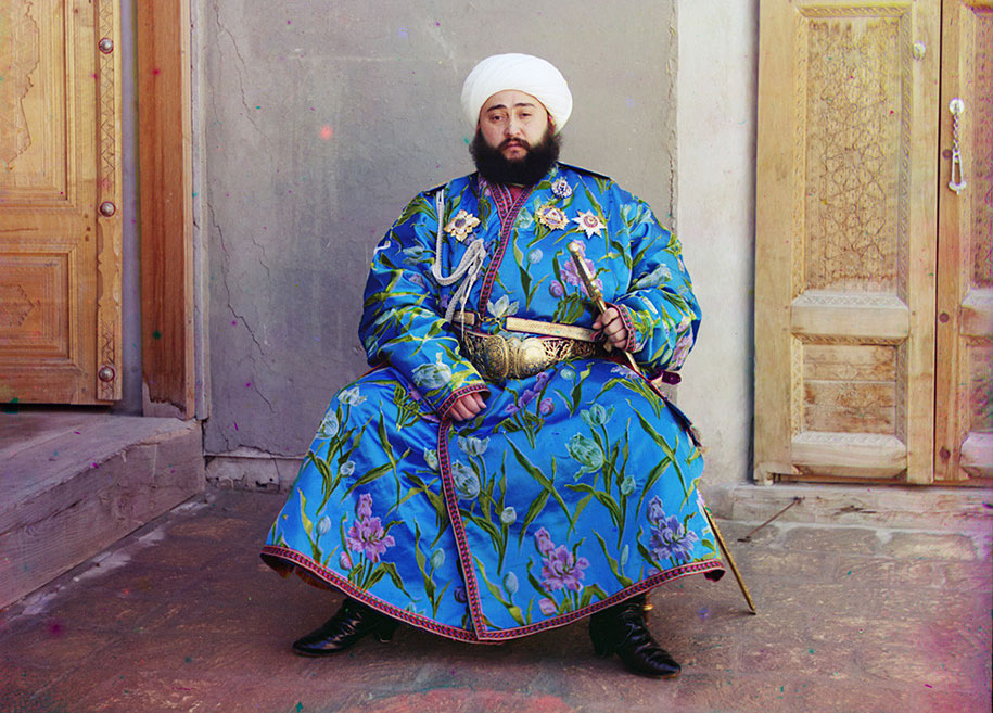 7-The-Emir-of-Bukhara-Alim-Khan-1880-1944-poses-solemnly-for-his-portrait-taken-shortly-after-his-accession.-As-ruler-of-an-autonomous-city-state-in-Islamic-Central-Asia-the-Emir-pres